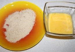Взбить вилкой яйца, добавив пару ложек сливок или молока, подготовить и панировочные сухари.