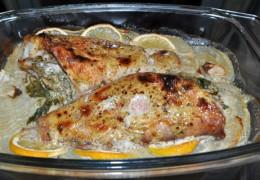Поместить форму на средний уровень духовки, разогретой до 200°, запекать 25-30 минут. Если поджаристая корочка образуется медленно – поднять повыше еще на 10-15 минут. Когда тонкая палочка (зубочистка) легко, без сопротивления входит в мякоть рыбы – она готова. И не стоит рыбу пересушивать.